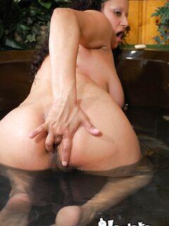 Беременная мулатка мацает в джакузи свои набухшие титьки