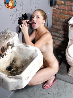 Плоская отсасывает в туалете черный хуй незнакомца