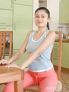 Голая попа спортивной китаянки, которую она показывает после пробежки