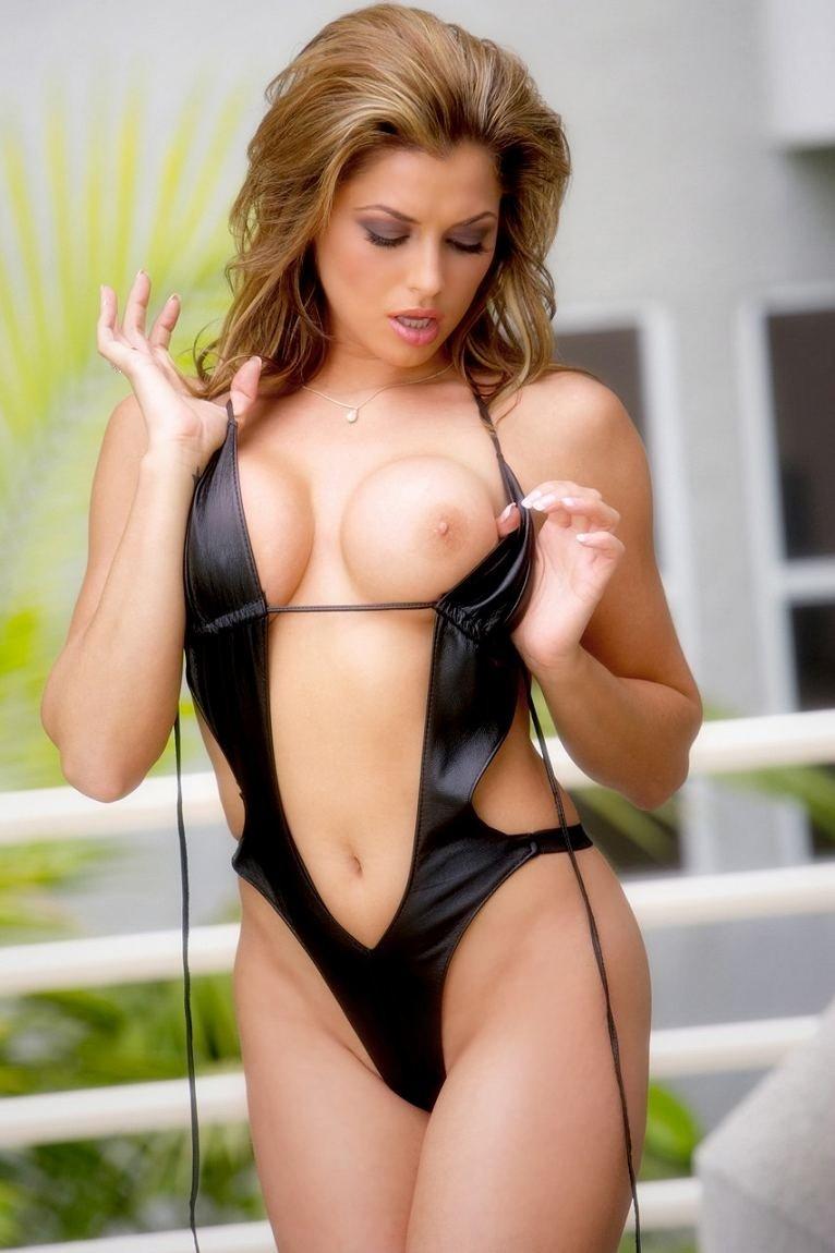 Статная дама немного снимает сексуальный бикини