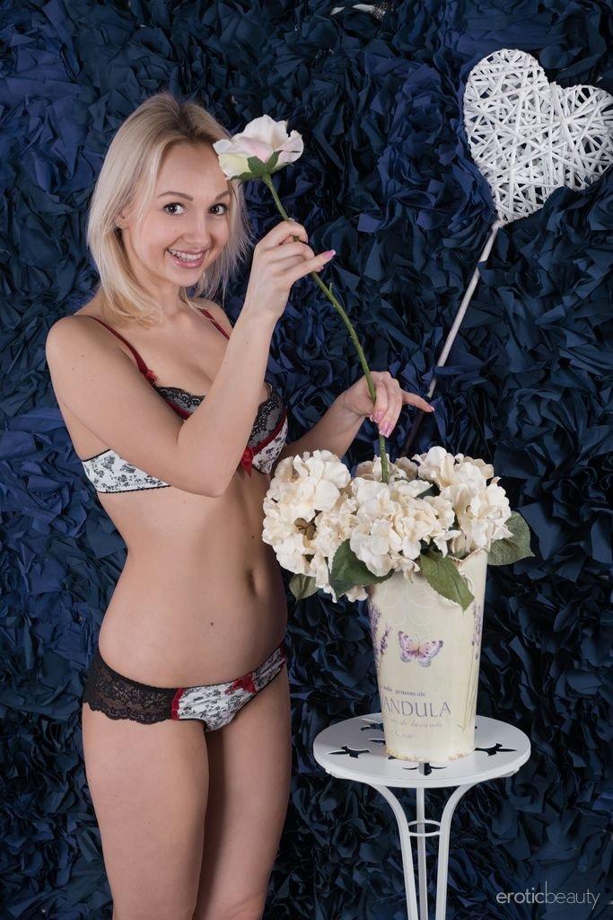 Улыбающаяся блондинка раздвигает ножки, показывая красивую промежность