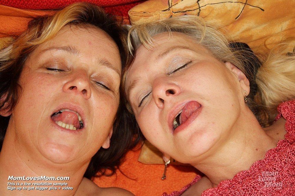 Пожилые подруги лесбиянки весело проводят время
