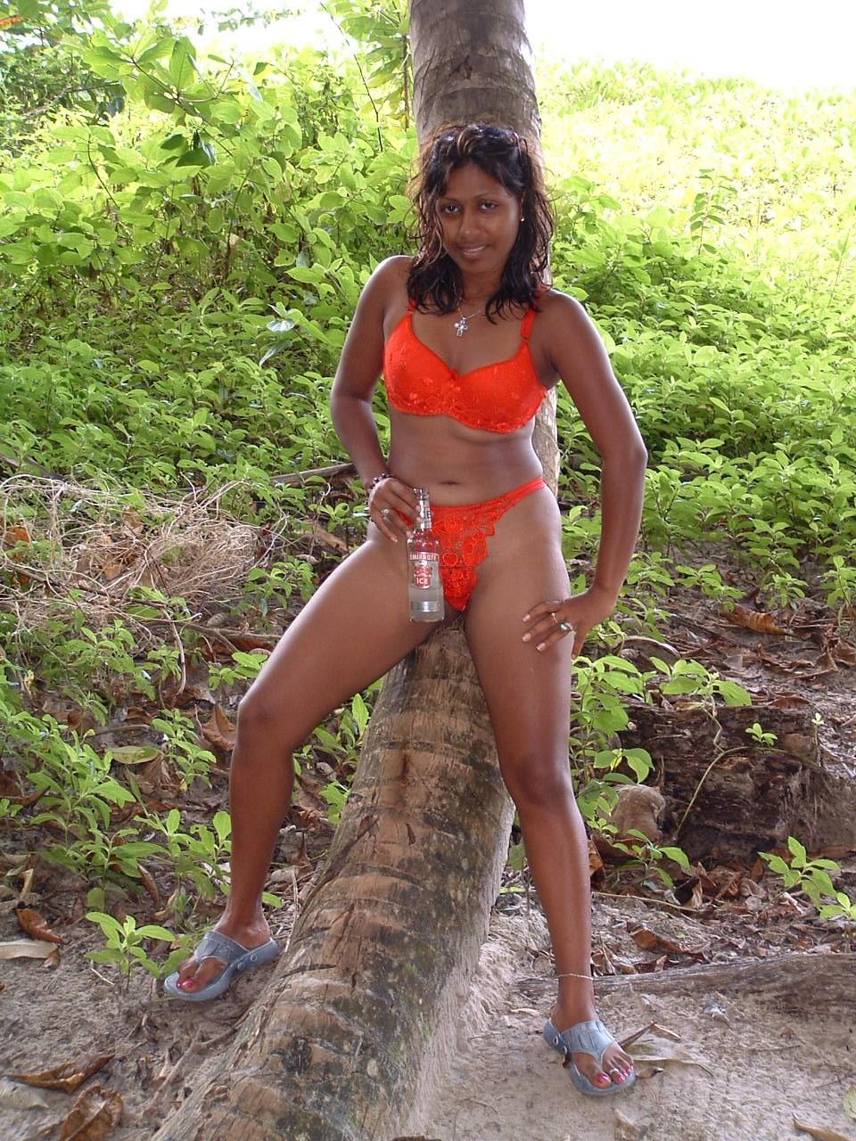 Голая бабенка из Тринидада в лесу показывает все