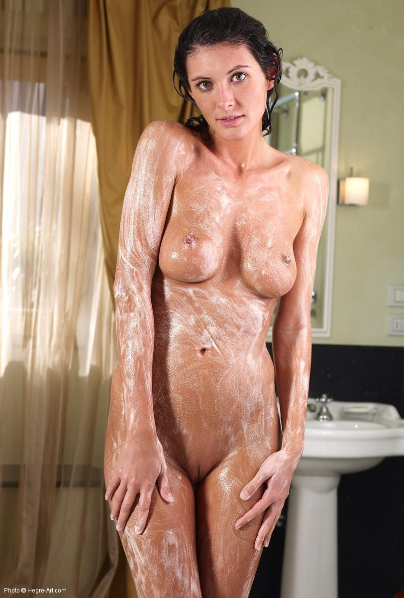 Голая красотка намылилась и смыла пену в ванной