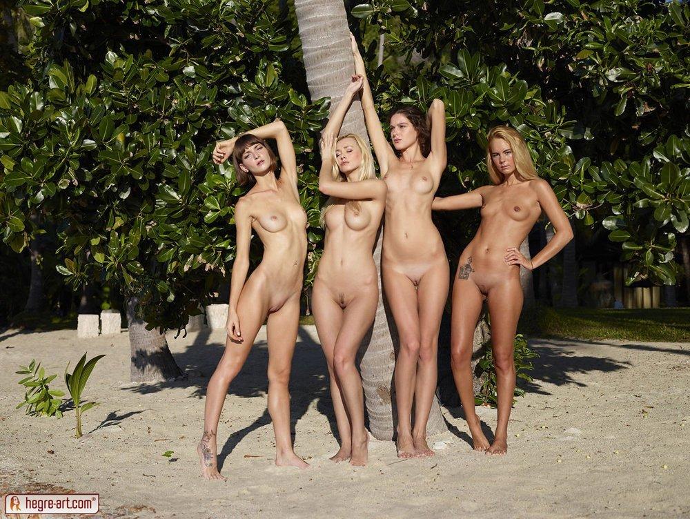 Четыре голые девушки на пляже