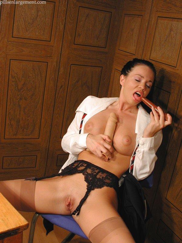 Секретарша мнет тити и засовывает в киску кое-что