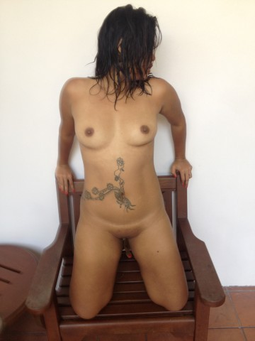 Сингапурка с татухой на животе трахается с двумя мужчинами