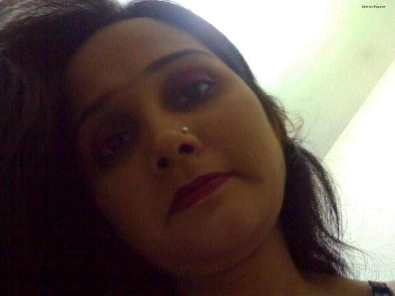 Грустная пакистанка легла голой в кровать
