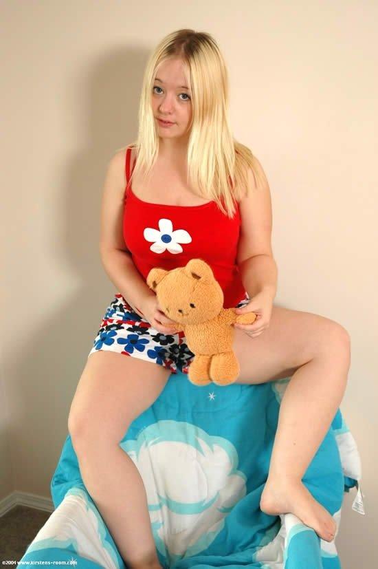 Коротконогая пухлая блондинка показала не траханную киску