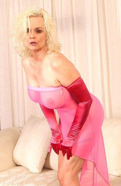 Пожилая блонда показывает дырку задрав платье