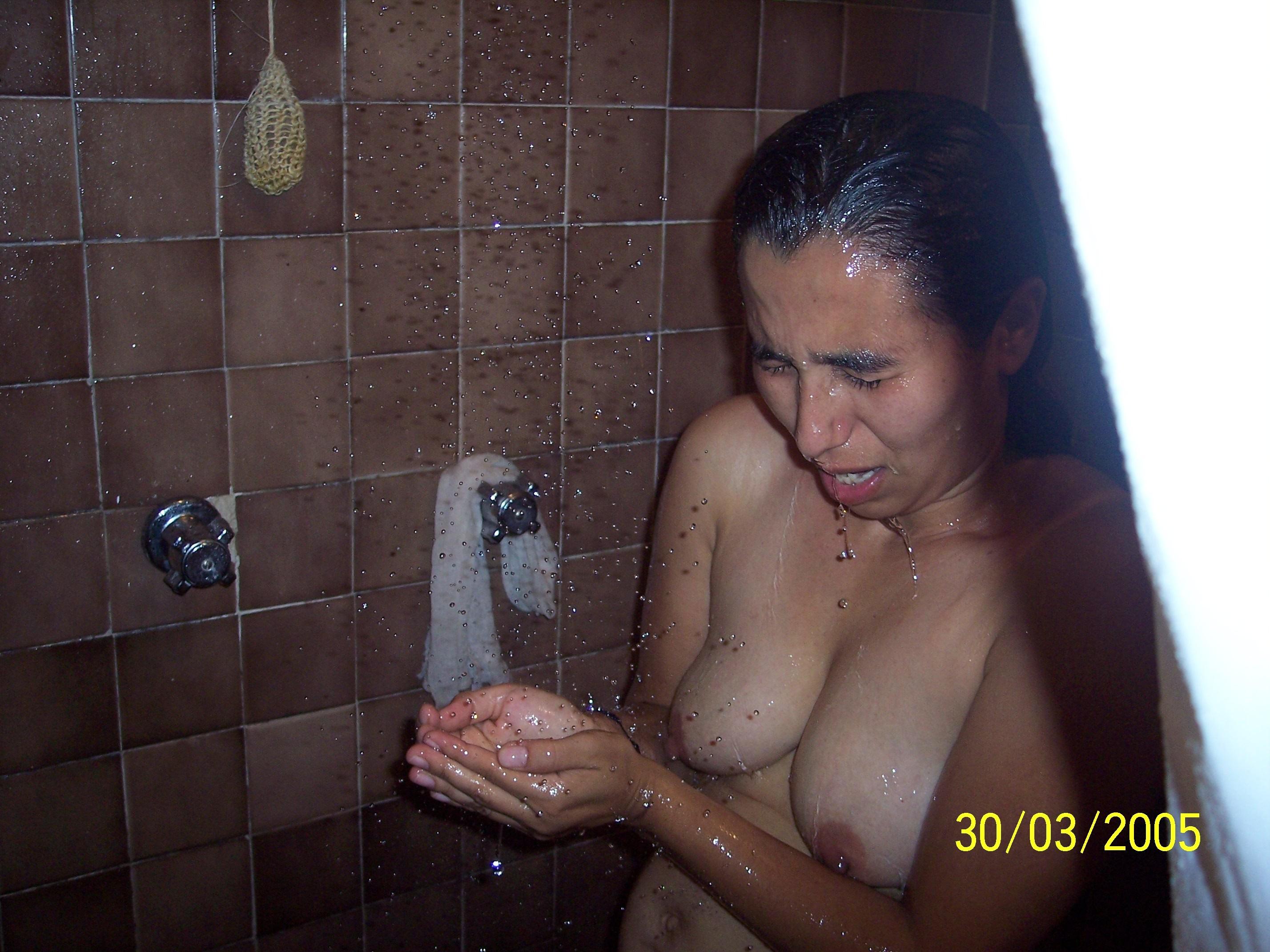 Мексиканка в возрасте немного стесняется своей наготы
