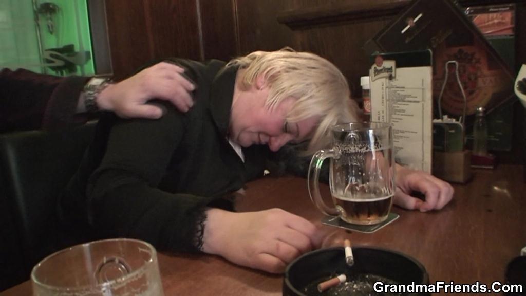 Два парня привели домой пьяную толстячку и трахнули