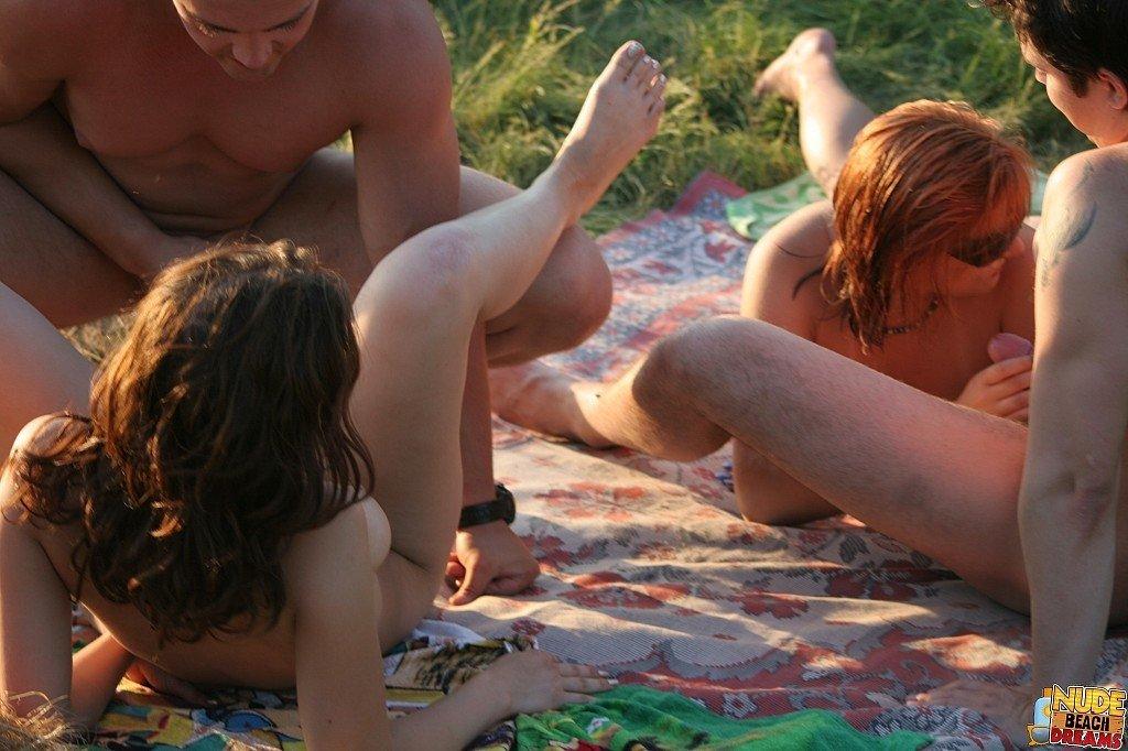 Отдыхая на пляже две пары поменялись партнерами и трахаются тут же