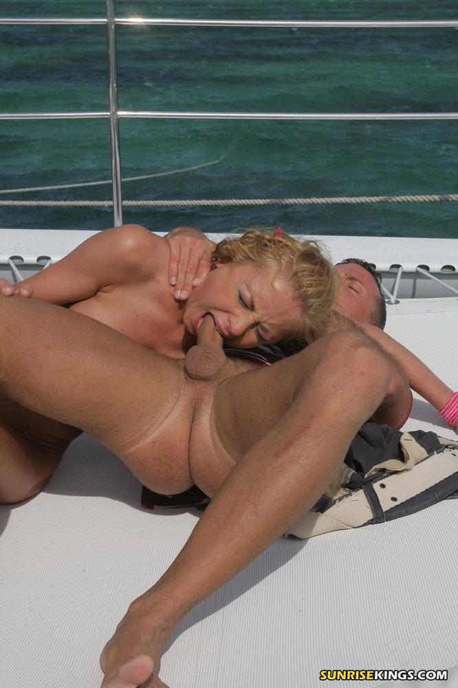 Худую сучку Gilda Roberts ебут на яхте два мужика