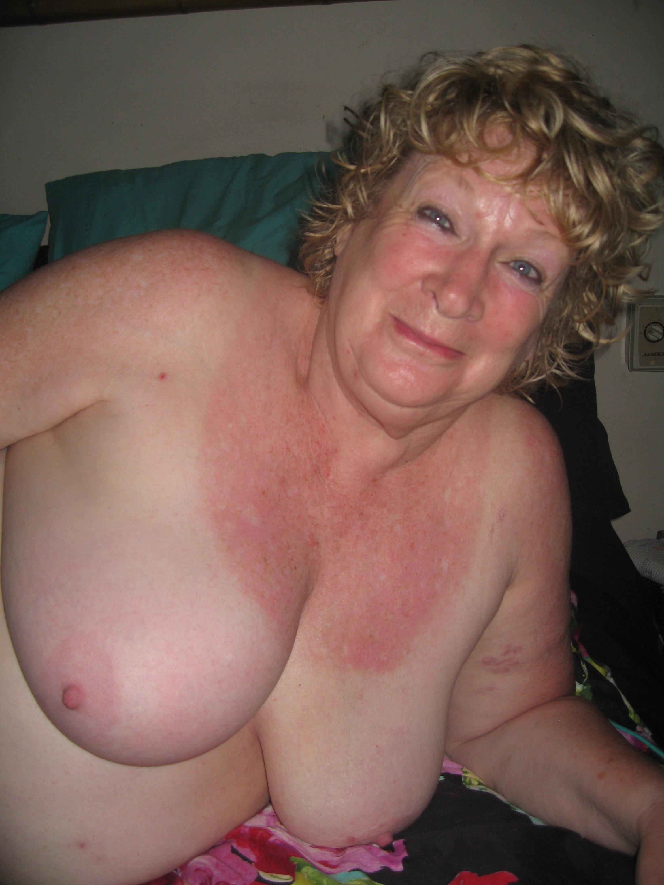 Толстенькая австралийская старушка позирует ню