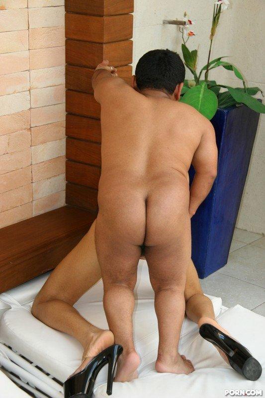 Стройная латинская красавица занимается сексом с карликом