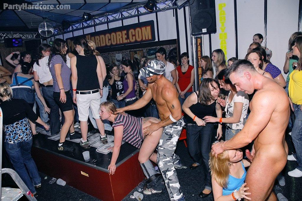 Бабы отрываются со стриптизерами на девичнике в клубе