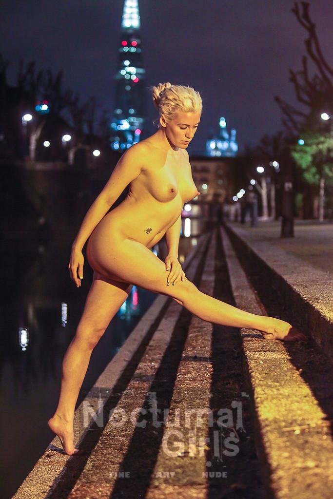 Эротика голой спортсменки на ночной улице