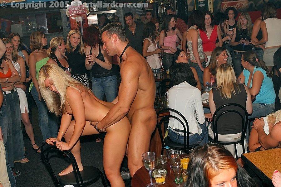 Беспорядочкая ебля на пьяной секс вечеринке в клубе